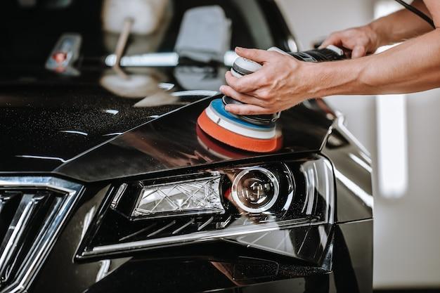Proceso profesional de detallado de un automóvil.