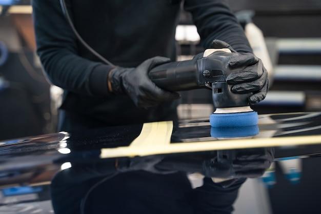Proceso profesional de pulido de pintura de automóviles.