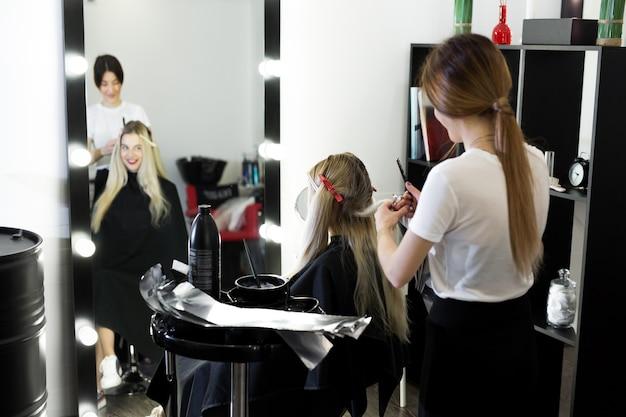 Proceso de teñido de cabello en salón de belleza.