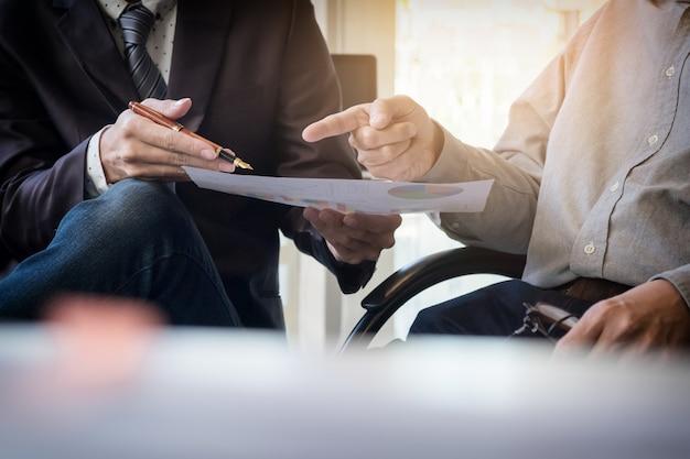 Proceso de trabajo en equipo. joven equipo de gerentes de negocios trabajando con el nuevo proyecto de inicio. labtop en la tabla de madera de la oficina, tecleando el teclado, mensaje texting, analiza planes del gráfico