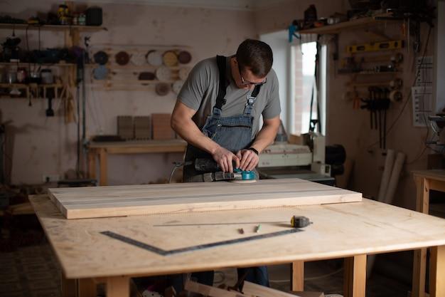 Proceso de trabajo en el taller de carpintería.