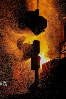 Producción de acero en hornos eléctricos. chispas de acero fundido.