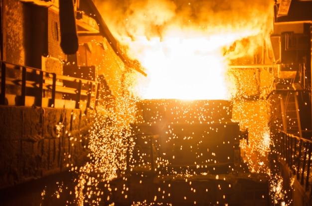 Producción de acero en hornos eléctricos.