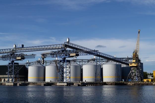 Producción de biodiésel en ventspils, letonia. tanques de almacenamiento de petróleo y tuberías en la terminal petrolera.