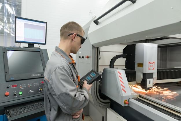 Producción de componentes electrónicos en la fábrica de alta tecnología