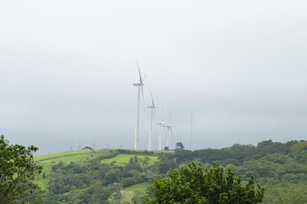 Producción de energía eléctrica de molino de viento en la cima de la montaña