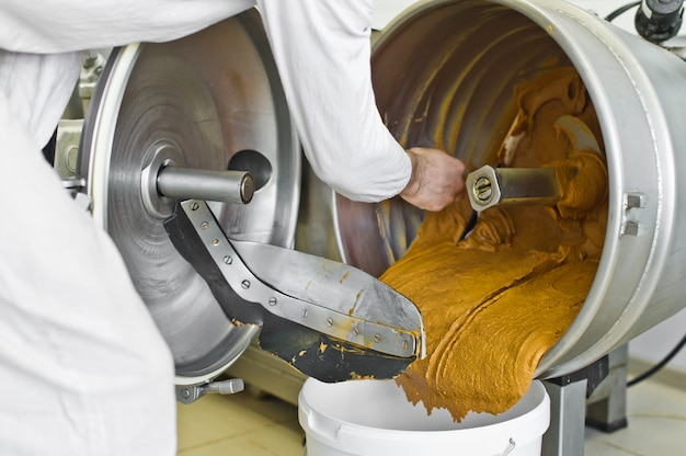 Producción de mantequilla de maní, batidora industrial, industria alimentaria, línea transportadora