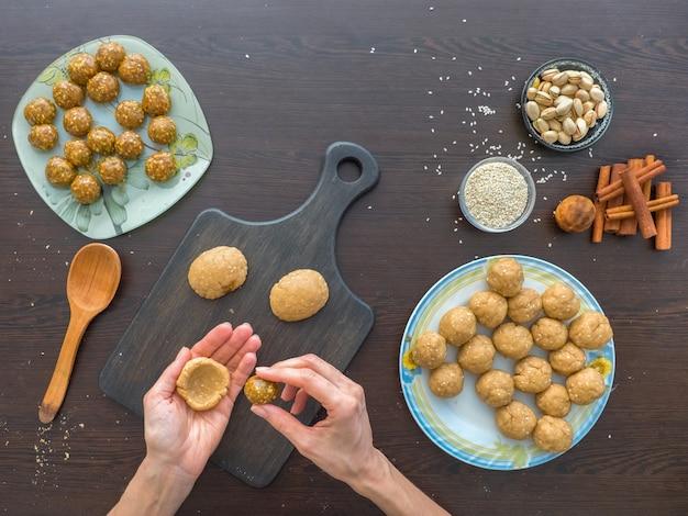 Producción manual de cookies para las vacaciones. preparación de galletas egipcias