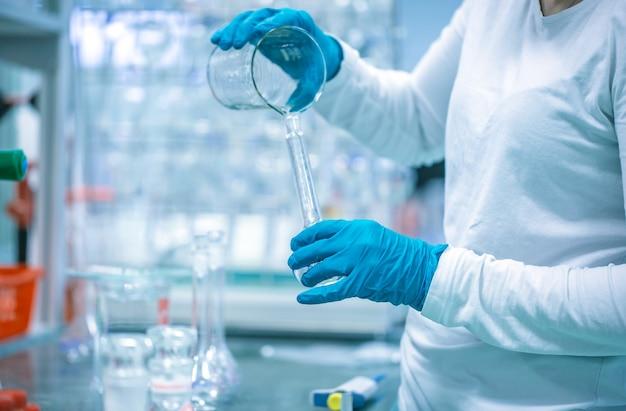 Producción o fabricación de medicamentos y fármacos en la empresa farmacéutica, concepto de farmacia