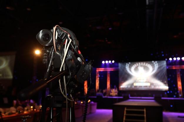 Producción de video cámara de grabación en vivo de la red social en un evento de escenario que tiene sesión de entrevistas de concurso, actuación, concierto o seminario de negocios. equipo de cambio de escenario y ob de clase mundial