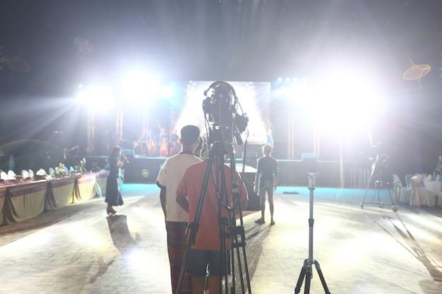 Producción de video cámara de grabación en vivo de la red social en el evento stage que tiene sesión de concurso, performance, concierto o seminario empresarial. equipo de interruptor de escenario y ob de clase mundial, alta baja exposición