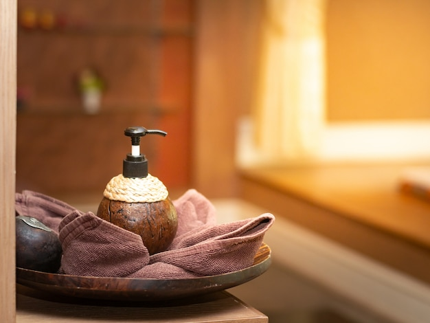 Producto de accesorios en cáscara de coco en sala de masajes vintage.