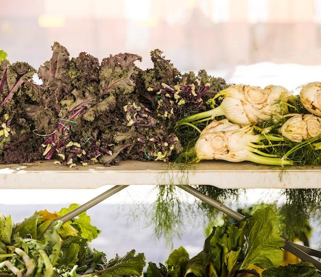 Producto agrícola orgánico fresco en el mercado de agricultores.