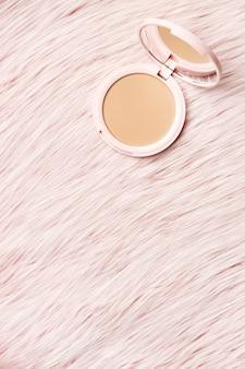 Producto cosmético con fondo peludo.