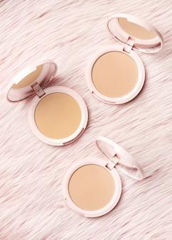 Producto cosmético con fondo rosa peludo