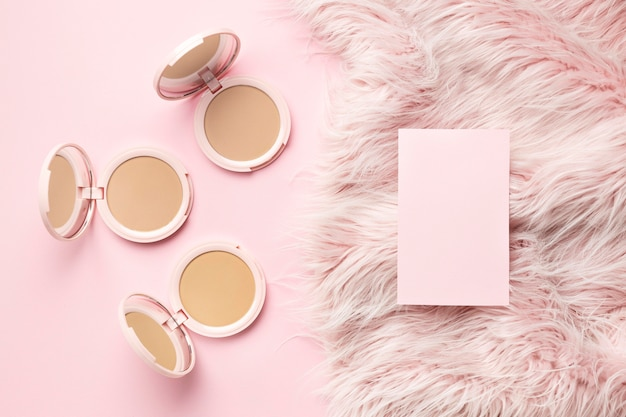 Producto cosmético con fondo rosa peludo.