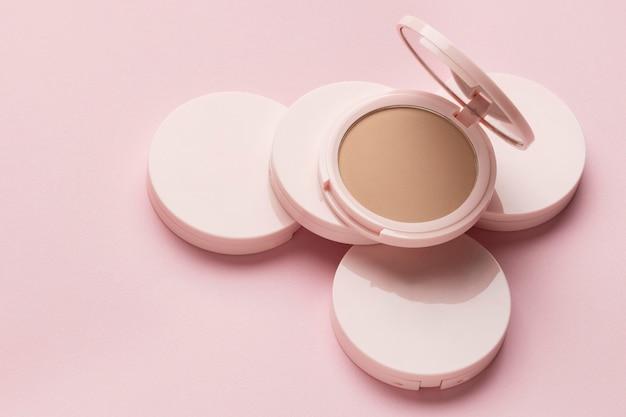 Producto cosmético con fondo rosa