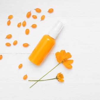 Producto cosmético natural con espino amarillo. crema cosmética con espino amarillo sobre un fondo blanco.
