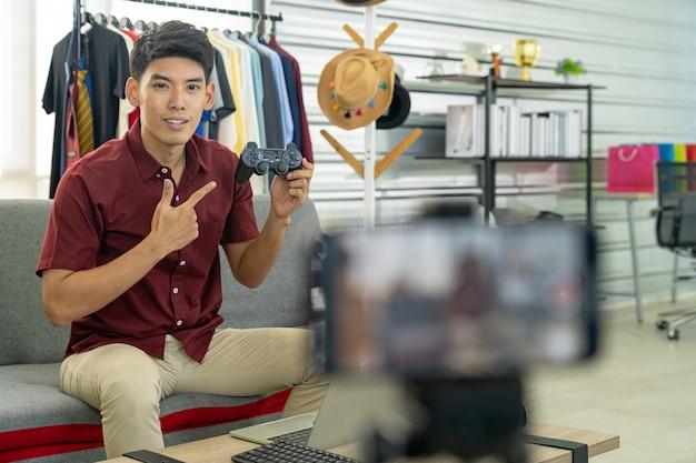 Producto de juego de joystick de revisión en vivo de vlogger
