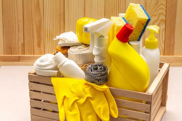 Producto de limpieza de la casa en caja de madera.