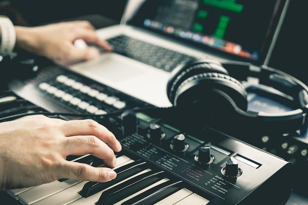 El productor de música está grabando sonido en la computadora