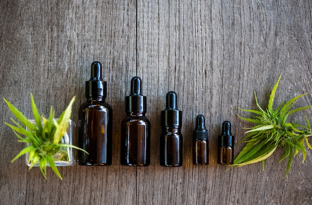 Productos de aceite de cannabis en botellas pequeñas.