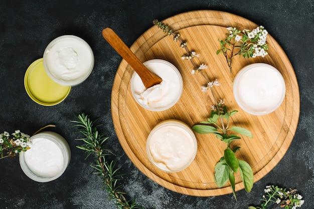 Productos de aceite de oliva y coco en una placa de madera