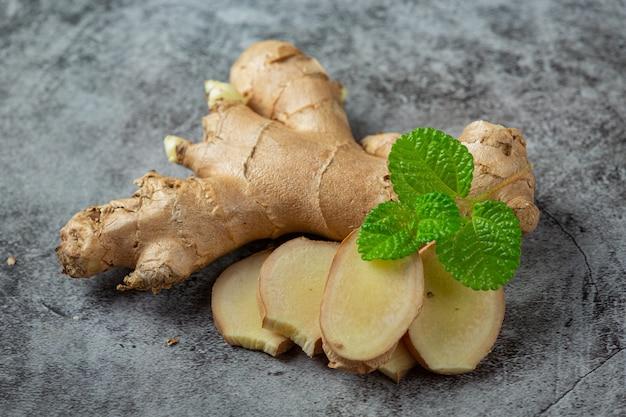 Productos alimenticios y bebidas de jugo de jengibre de limón y miel de extracto de jengibre concepto de nutrición alimentaria.