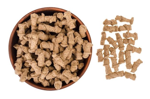 Productos alimenticios saludables. salvado de centeno extruido sobre fondo blanco.