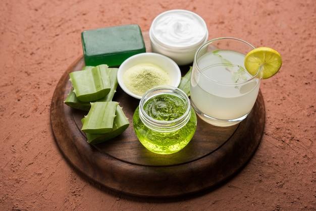 Productos de aloe vera como gel, jugo, crema hidratante, jabón, polvo