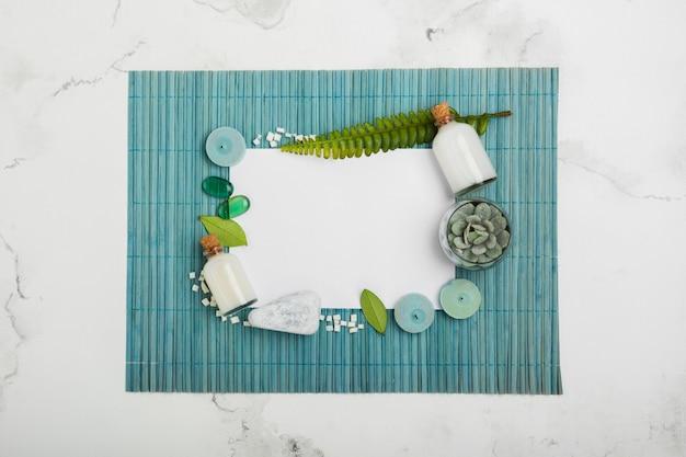 Productos de baño planos sobre alfombra azul con rectángulo blanco