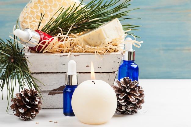 Productos de belleza y cosméticos con decoración navideña.