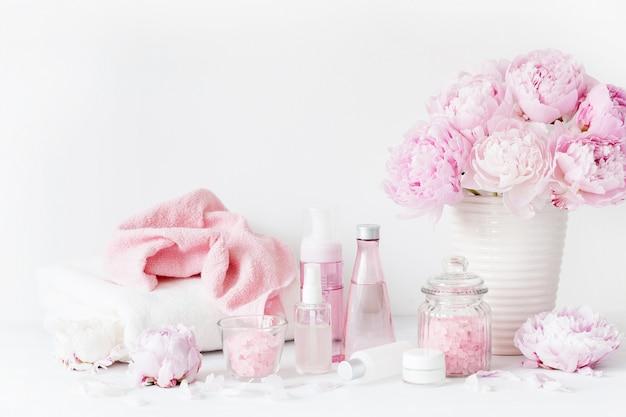 Productos de belleza con flores de peonía