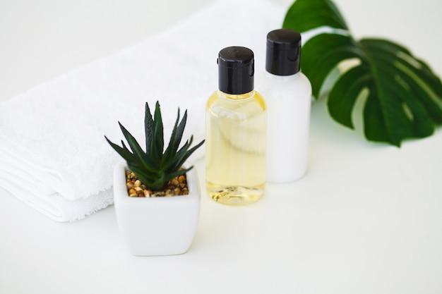 Productos de bienestar y cosméticos. spa bodegón con flores de rosas y aceites esenciales
