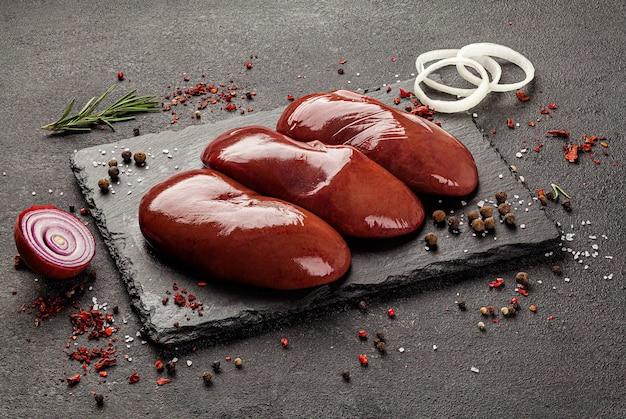 Productos cárnicos crudos, diferentes partes del cuerpo.