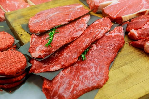 Productos cárnicos en pequeña carnicería.