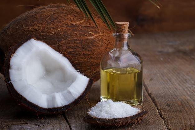 Productos de coco en mesa de madera.