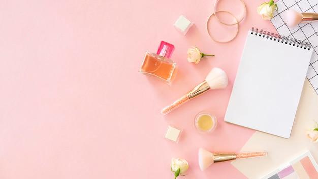 Productos cosméticos de belleza planos con accesorios