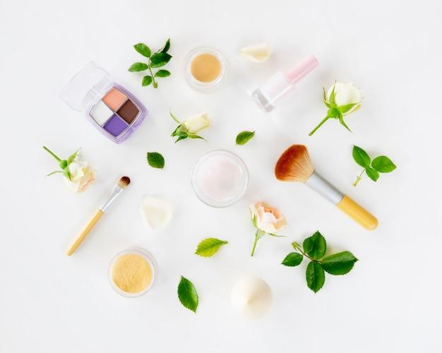 Productos cosméticos de belleza con rosas