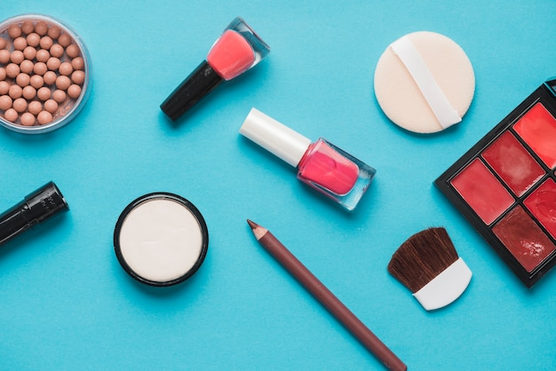Productos cosméticos de belleza sobre fondo azul