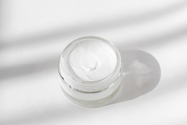 Productos cosméticos para el cuidado facial de la piel.