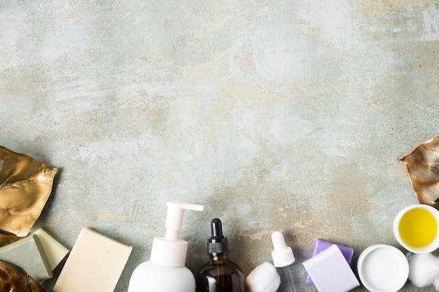 Productos cosméticos para el cuidado de la piel con espacio de copia