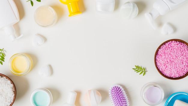 Productos cosméticos con espacio para texto sobre fondo blanco.