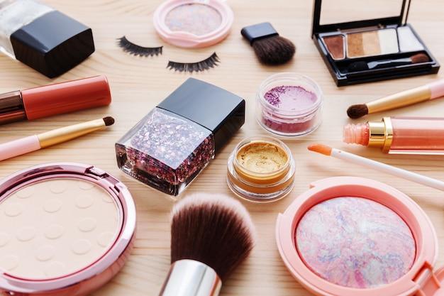 Productos cosméticos en mesa de madera.