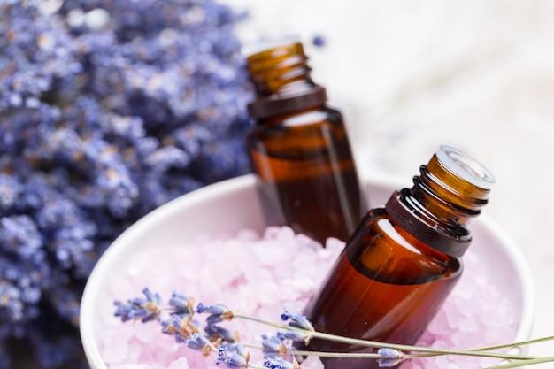 Productos para el cuidado corporal de lavanda. concepto de aromaterapia, spa y cuidado de la salud natural