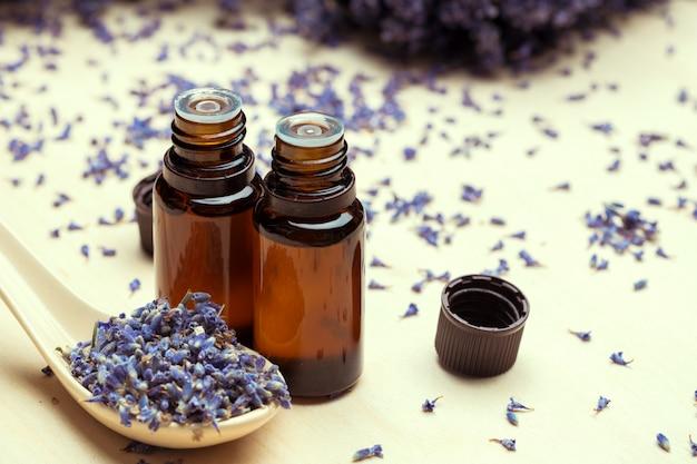 Productos para el cuidado corporal de lavanda. concepto de aromaterapia, spa y salud natural