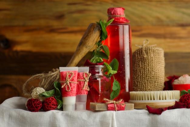 Productos para el cuidado del cuerpo contra un fondo claro. fondo de tratamiento de belleza y bienestar de aromaterapia.