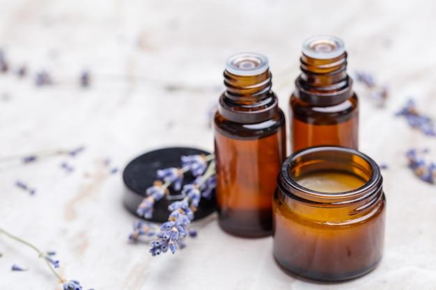Productos para el cuidado del cuerpo de lavanda. aromaterapia, spa y concepto sanitario natural.