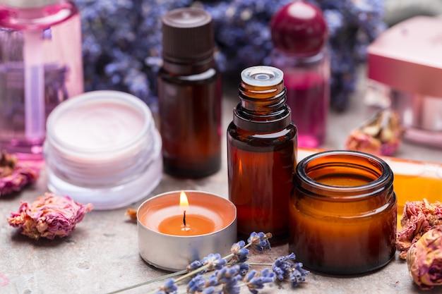 Productos para el cuidado del cuerpo de lavanda, spa y concepto de salud natural