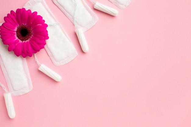 Productos para el cuidado femenino con espacio de copia